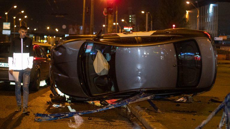В Киеве Hyundai под брендом Bolt снес 15метров забора и перевернулся.