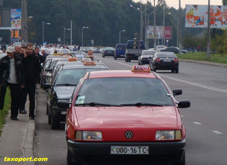 Не допустим проверок такси. Во Львове — акция таксистов
