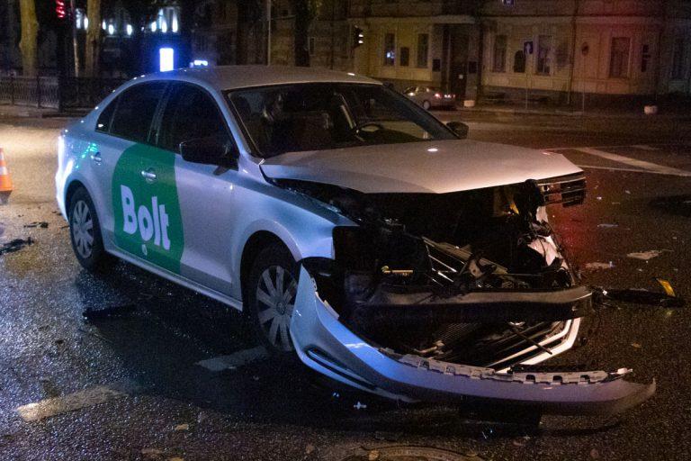 В центре Киева Hyundai лоб в лоб столкнулся с такси Bolt