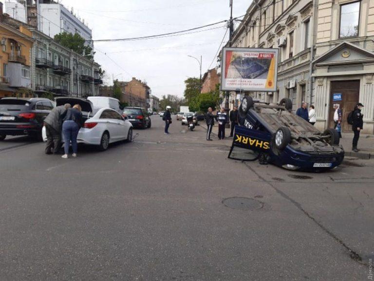 В Одессе Taxi Shark перевернулся на крышу. (Видео)