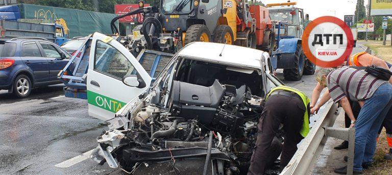 В Киеве на Надднепрянском шоссе дтп с Такси, от удара вырвало руль.