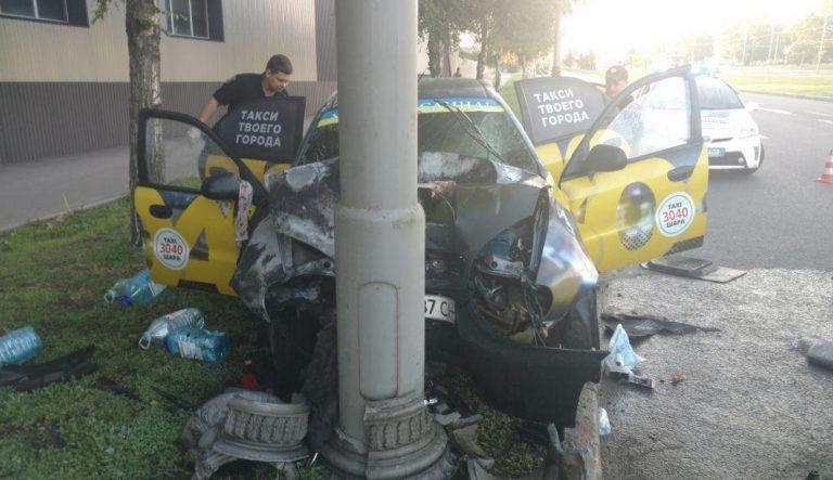 Такси влетело в столб, водитель в больнице