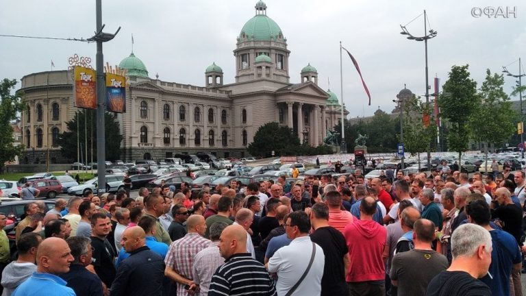 Таксисты перекрыли центр Белграда, они требуют запретить аналог UBER(Видео)