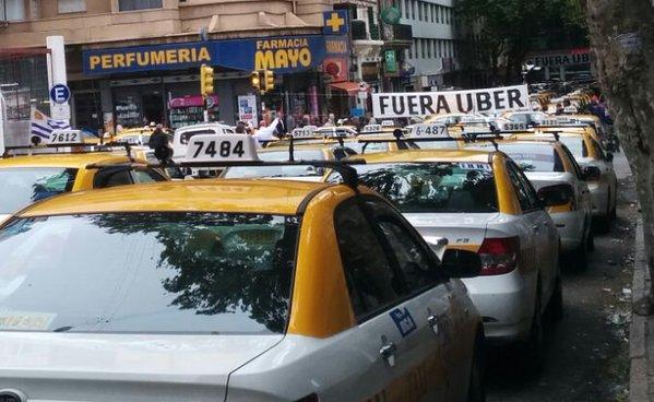 Протестующие против Uber таксисты перекрыли дорогу в столице Уругвая