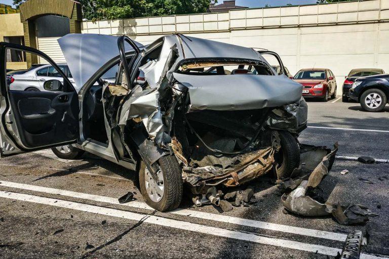 В Киеве на Столичном шоссе Volkswagen врезался в такси Lanos и вылетел на парковку: погибла девушка
