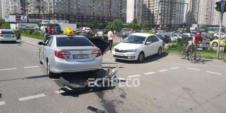 На столичних Позняках таксі не розминулося зі «Шкодою»: є постраждалі