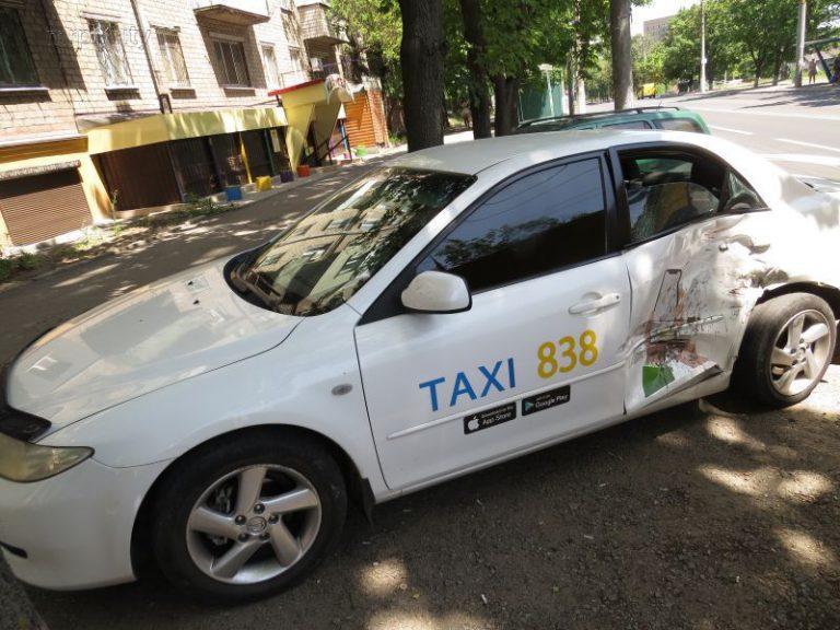 В центре Мариуполя Land Rover военных столкнулся с авто Mazda