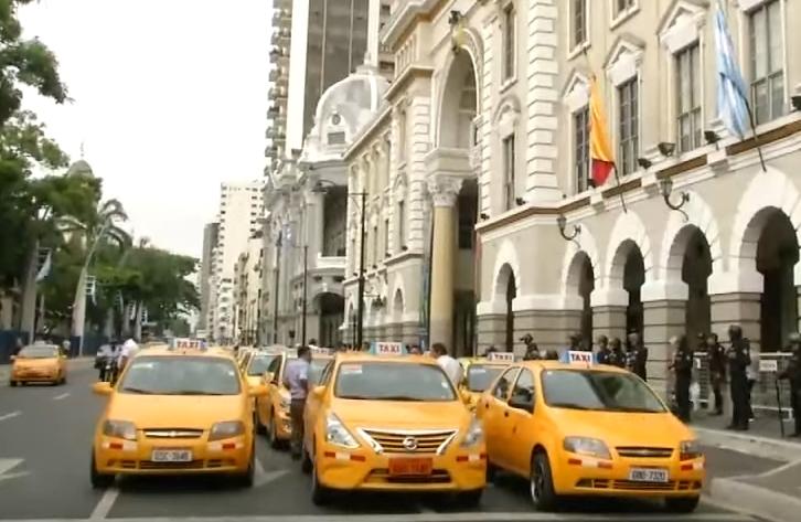 В Эквадоре таксисты протестуют против Uber и роста цен на бензин