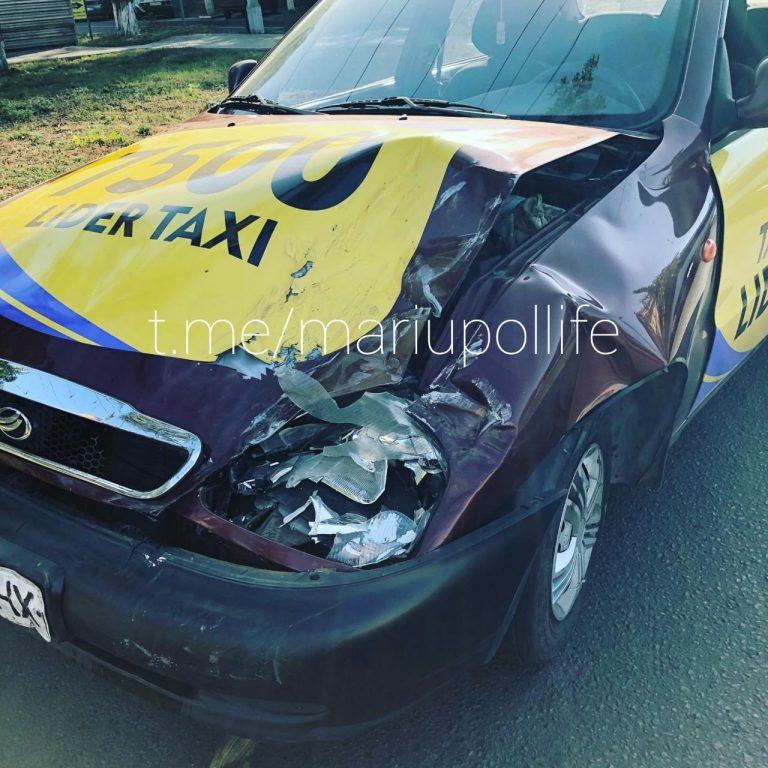 В Мариуполе такси врезалось в «Форд»