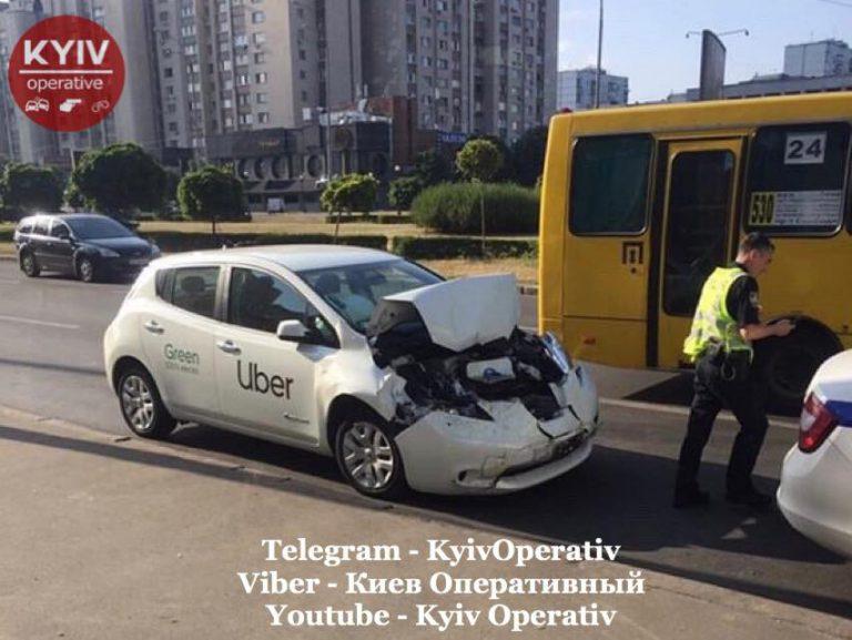 ДТП с Nissan Leaf под брендом UBER заехал в маршрутку