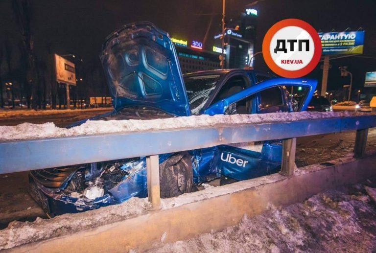 Uber разбил четыре машины и вылетел через окно в дорожный знак