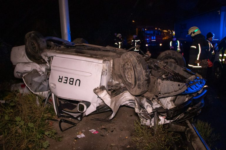 В Киеве Uber вылетел с дороги и перевернулся: водитель и пассажир в тяжелом состоянии