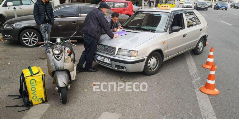 У Києві кур'єрський моторолер зіткнувся з машиною таксі