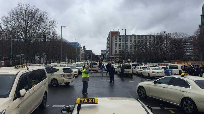 Более 1000 водителей такси бастуют в Берлине против UBER