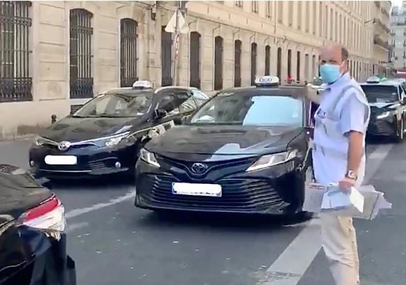 Во Франции бесплатно раздают маски таксистам.