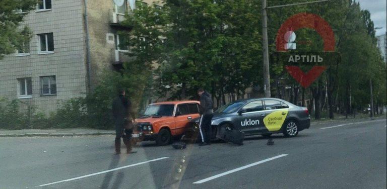 В Киеве Uklon и Жигули попали в ДТП