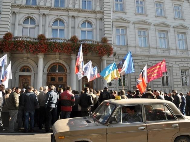 150 таксистов сигналили около Львовской обл.рады (видео)