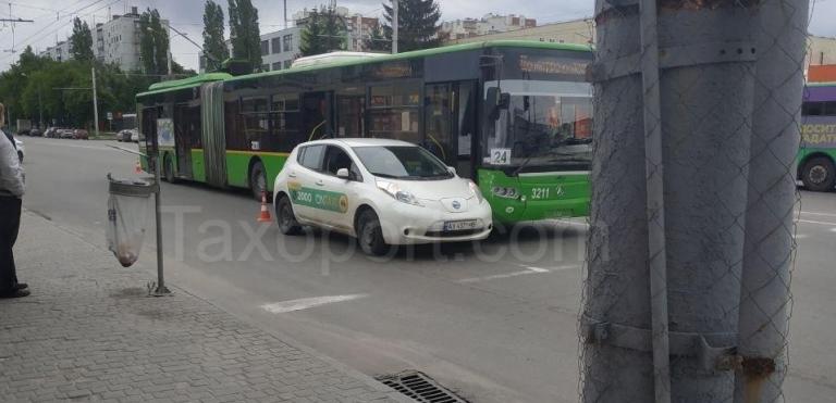 В Харькове произошло ДТП за участием OnTaxi