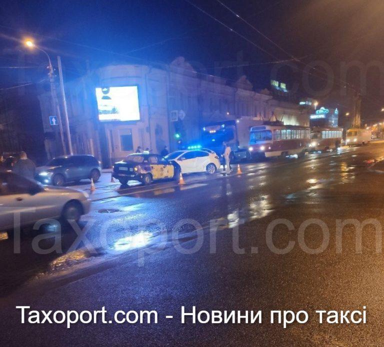 В Харькове автомобиль такси попал в ДТП