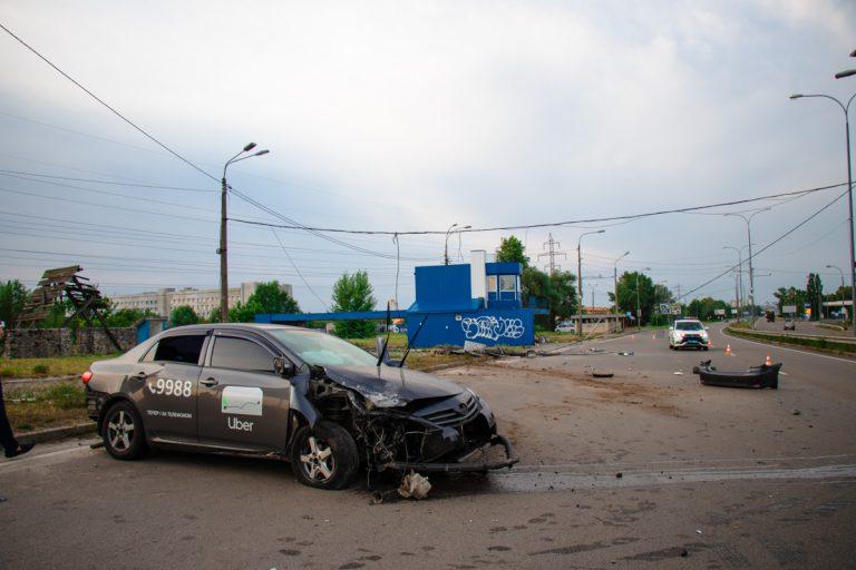 На выезде из Киева Toyota службы Uber снесла столб