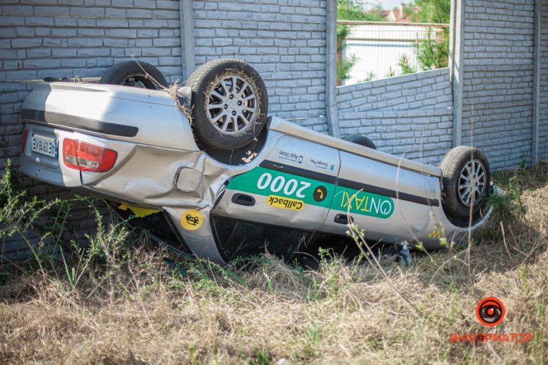 В Днепре, пьяный водитель OnTaxi перевернулся на крышу.