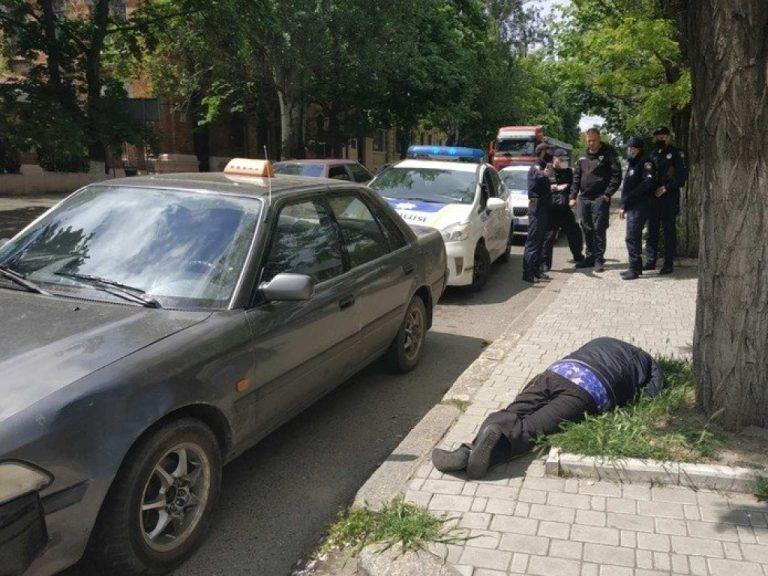 Николаев, пьяный таксист уснул на обочине, в авто нашли наркотики (ВИДЕО)