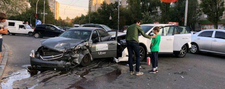 В Киеве дтп за участием UBER, водитель пытался убежать.