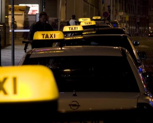 В Киеве выявили около десяти нелегальных таксопарков с начальством в будке