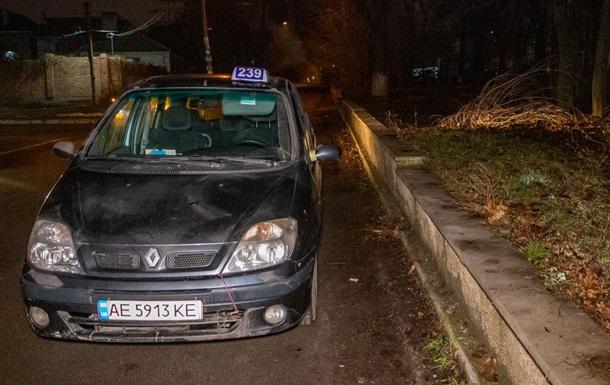 Умершего в своем авто таксиста можно было бы спасти.