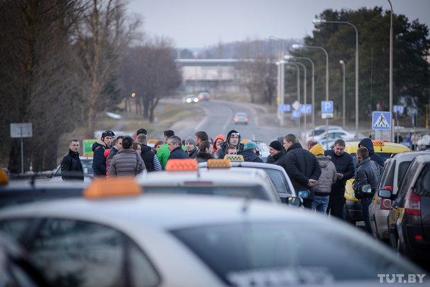 «Uber стал последней каплей». В Минске собрались таксисты: протестуют и готовы «остановить город»