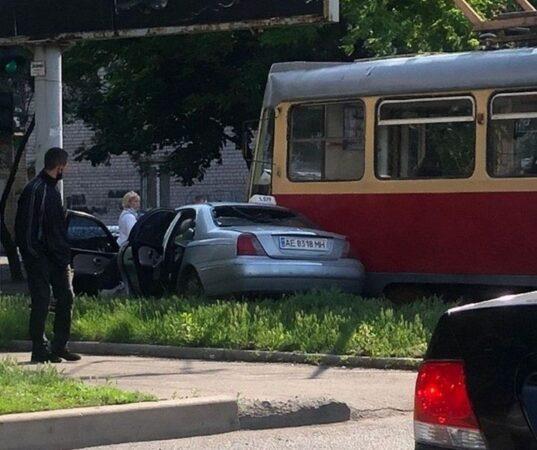 В Днепре ДТП с участием трамвая и такси.