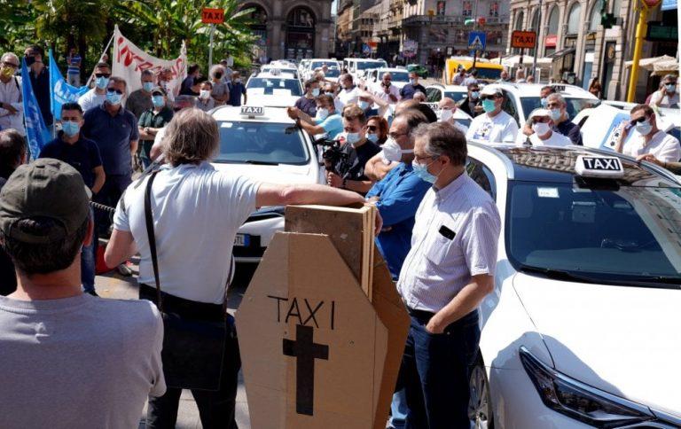 В Милане таксисты вышли на площадь