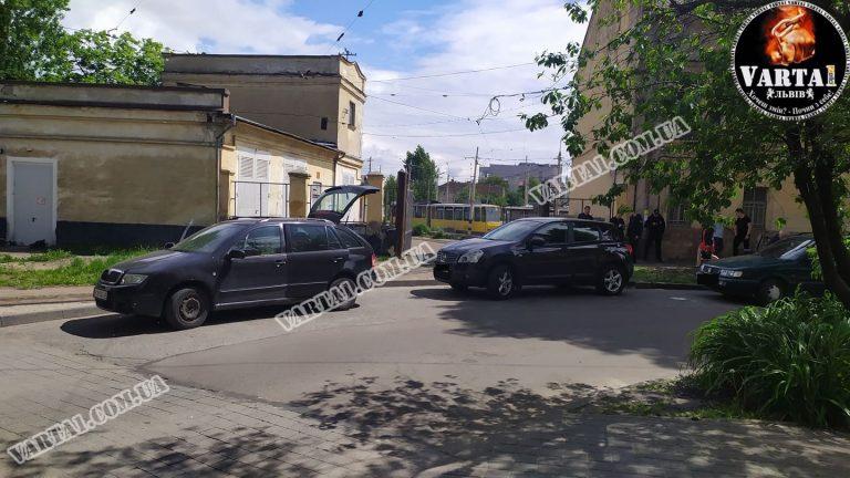 Во Львове обнаружили труп мужчины в автомобиле службы такси