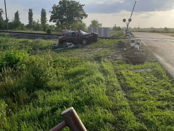 На Николаевщине таксист въехал в шлагбаум на ж/д переезде: водитель в больнице