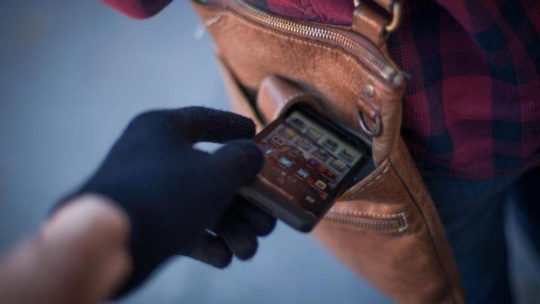 Водитель Uklon украл у клиента смартфон. Владелец нашел его по GPS, догнал и …