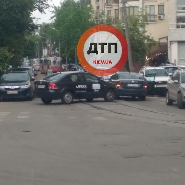 Uber на трамвайных путях въехал в volkswagen