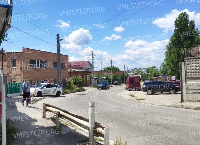 В центре Запорожья средь бела дня таксисту порезали колеса
