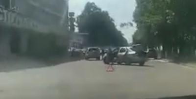 В Киеве Uber не успев выехать с СТО, совершил ДТП (Видео)