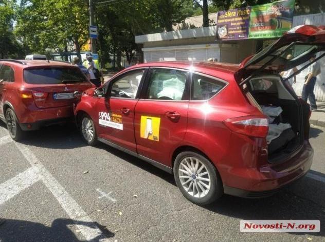 В Николаеве автомобиль такси попал в дтп — пострадала пассажирка