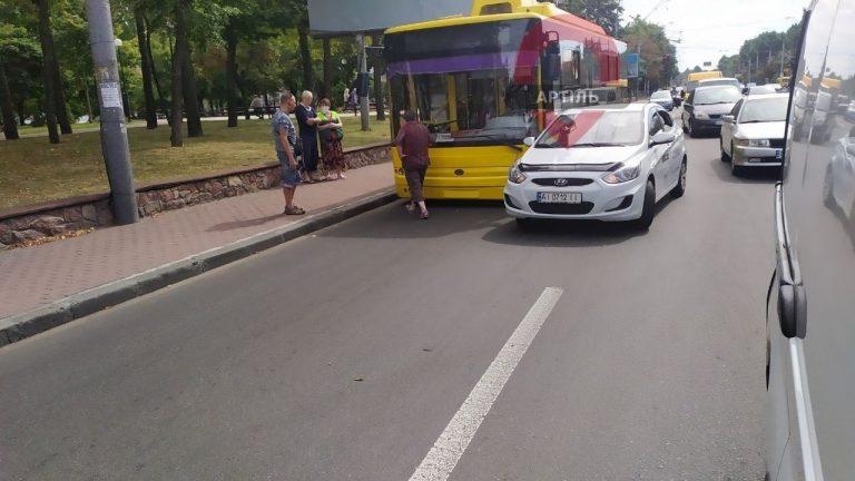 ДТП на Повітрофлотському проспекті: Uber і тролейбус