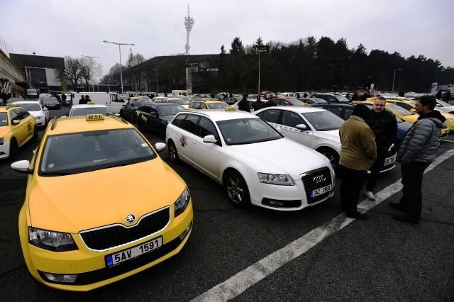 Протест таксистов против Uber остановил движение в центре Праги