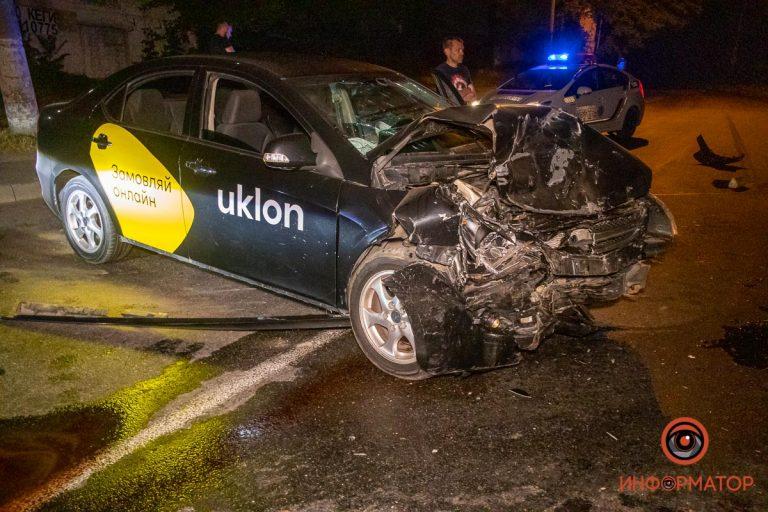 В Днепре столкнулись Opel и автомобиль службы Uklon: пострадал мужчина