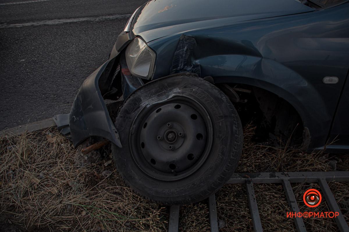 Dacia врезалась в ограждение