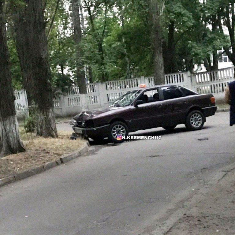 В Кременчуге пьяный таксист врезался в дерево