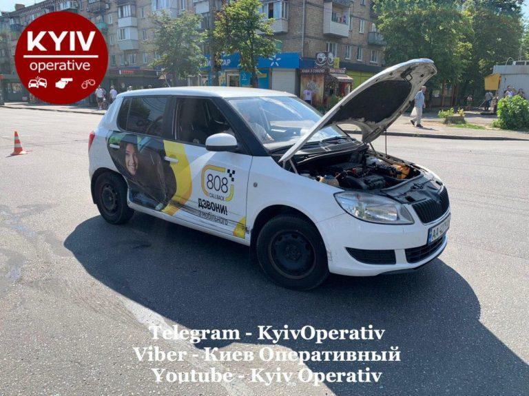 В Киеве автомобиль такси попал в ДТП (Видео)