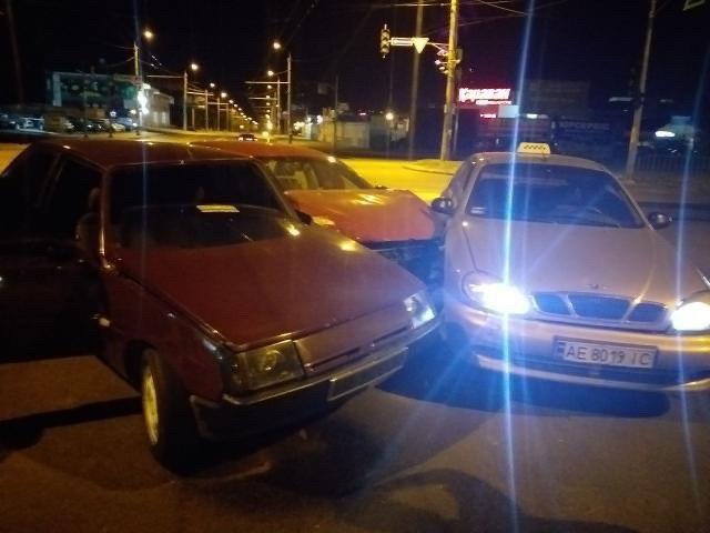 В Днепре произошло тройное ДТП, пострадал автомобиль такси (Видео)