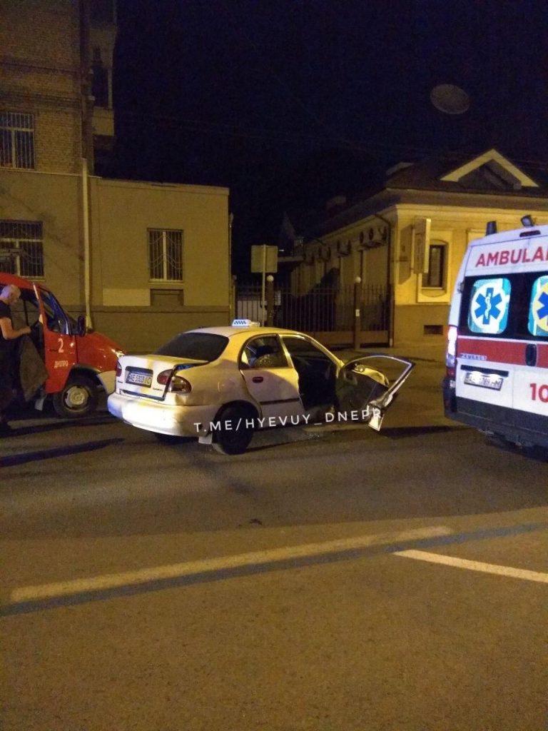 В Днепре такси попало в ДТП, пострадавшего вырезали спасатели (Видео)