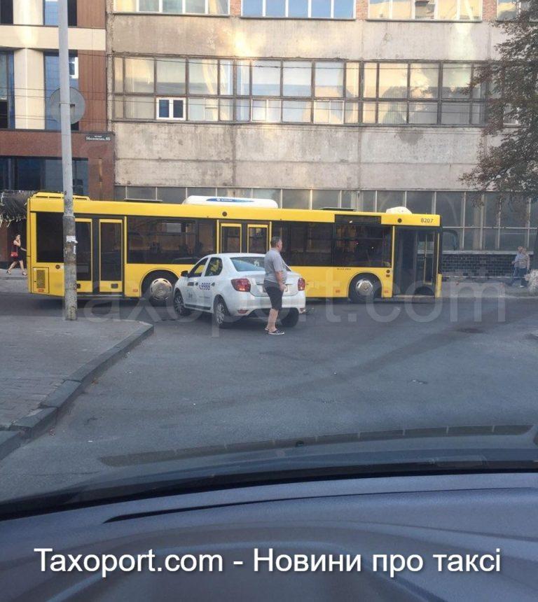 Uber совершил ДТП, не пропустил автобус.
