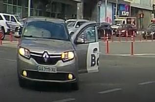 В Киеве Bolt совершил ДТП пролетая на красный (Видео)