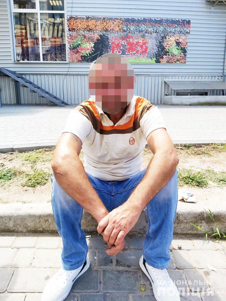 У Миколаєві чоловік відмовився платити в таксі і погрожував водієві ножем